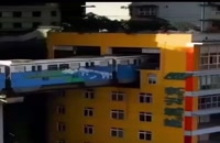 قطاری در چین که درون ساختمانها می گذرد!