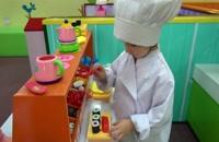 بازی کودک با عروسک ها در تم پارک های مشاغل کودکان
