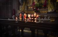 شمع ها و مجسمه ها در کلیسای جامع متروپولیتن