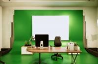 استودیویی با میز کار و زمینه سبز