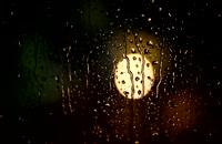 ویدیو فوتیج بارش باران روی شیشه