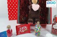کادو آماده ولنتاین با عروسک خرس قلب به دست ایستاده