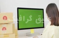 ویدیو فوتیج زنی در حال بررسی سفارش آنلاین در رایانه